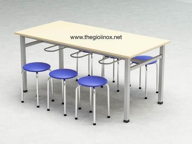 Bàn ăn công nghiệp có móc treo ghế mặt gỗ melamine